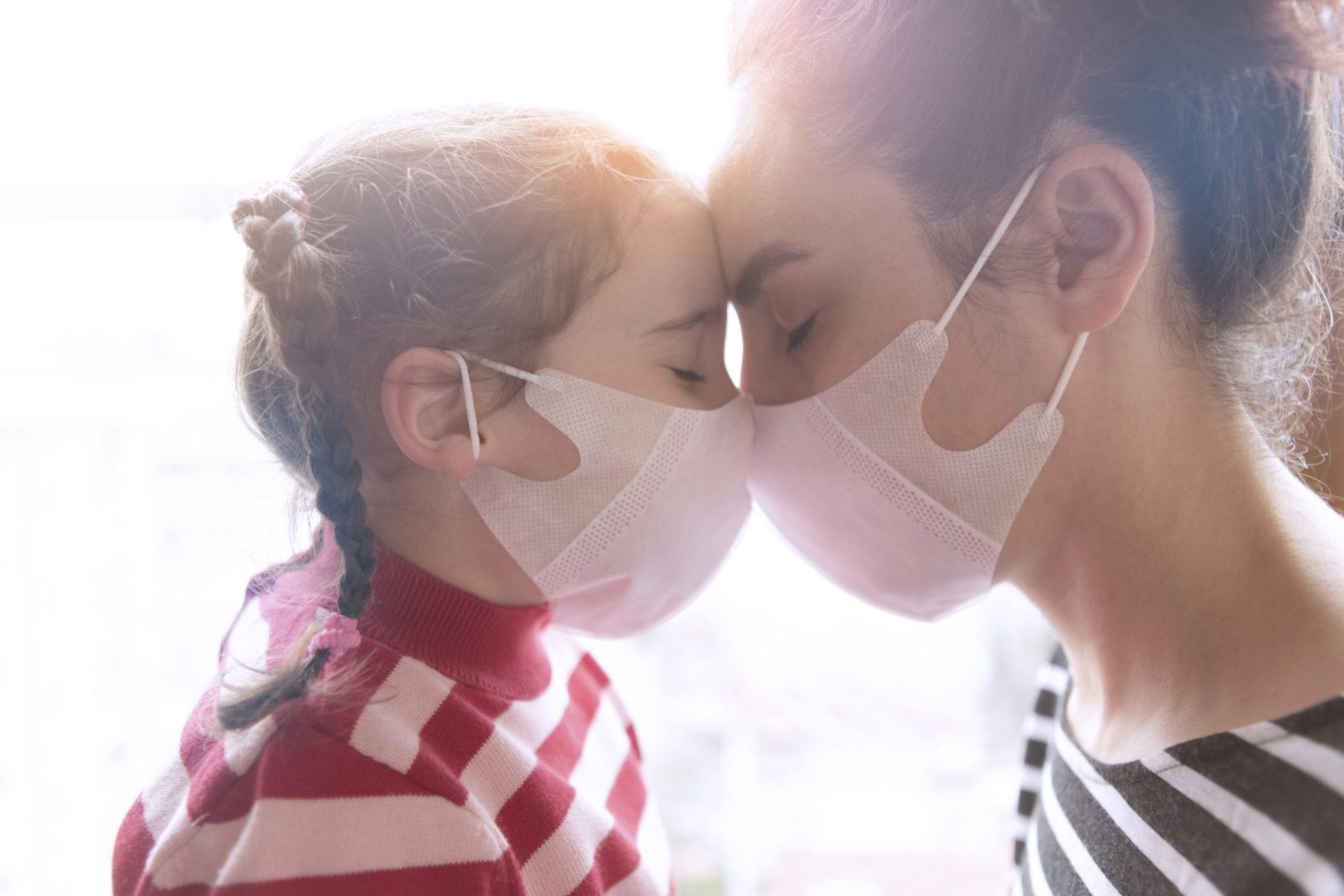 affection entre une mère et son enfant malgré son masque