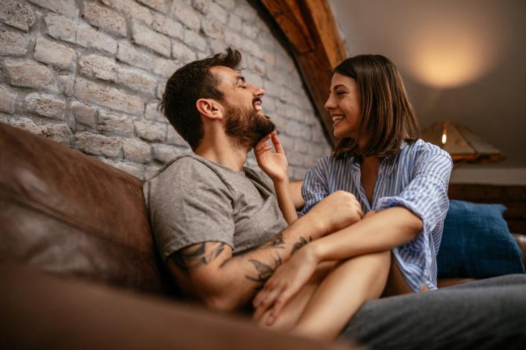 jeune couple amoureux sur un canapé