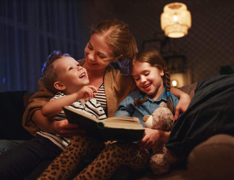 une mère près de ses enfants partage une histoire et une prière