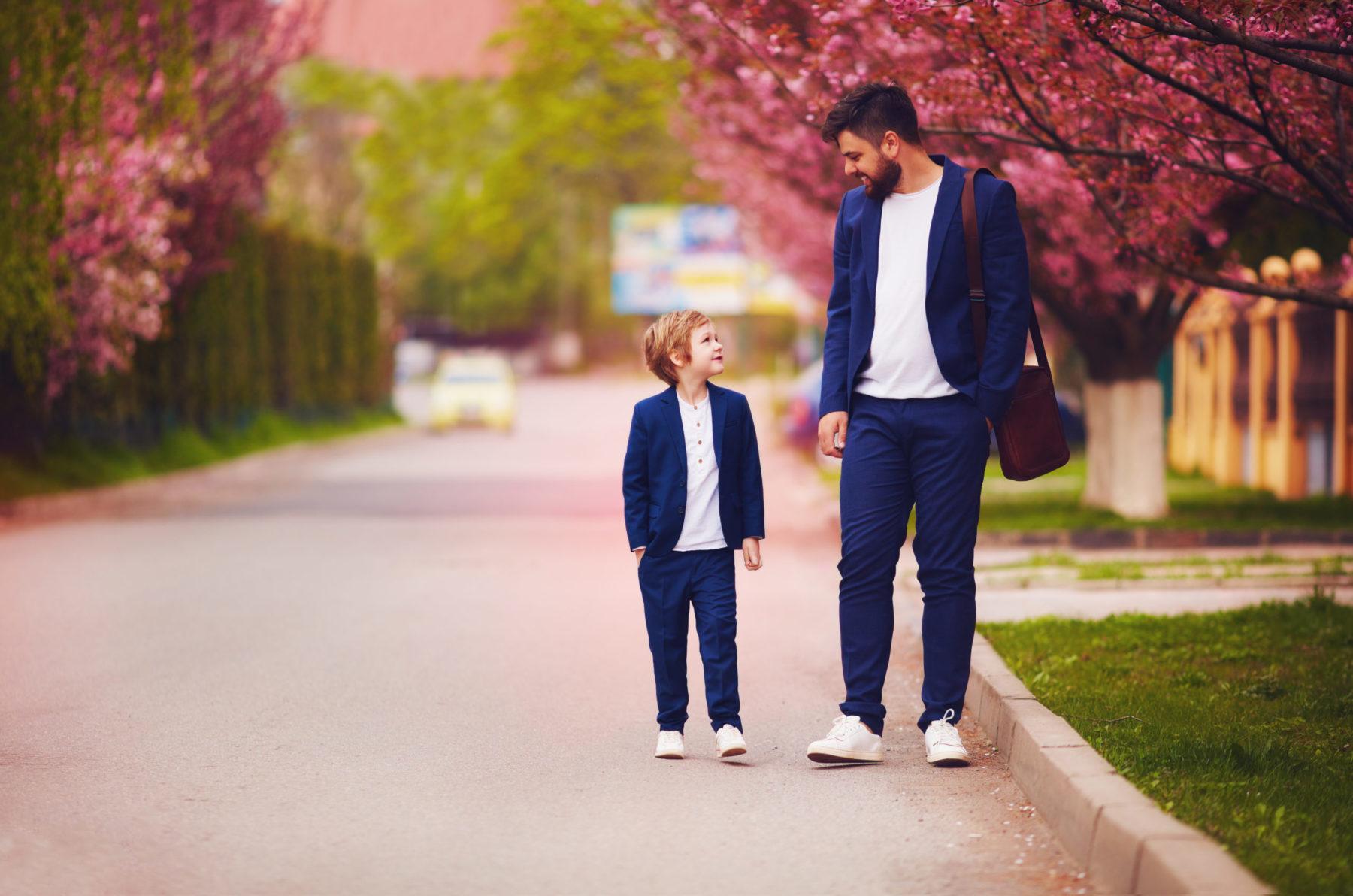 un fils et son père marchent côte a côte petit deviendra grand