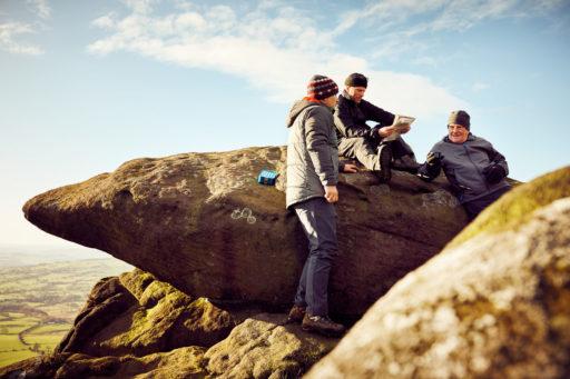 Des hommes de plusieurs générations sur des rochers