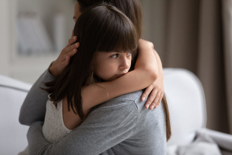 Un enfant triste de voir son père sortir parent solo