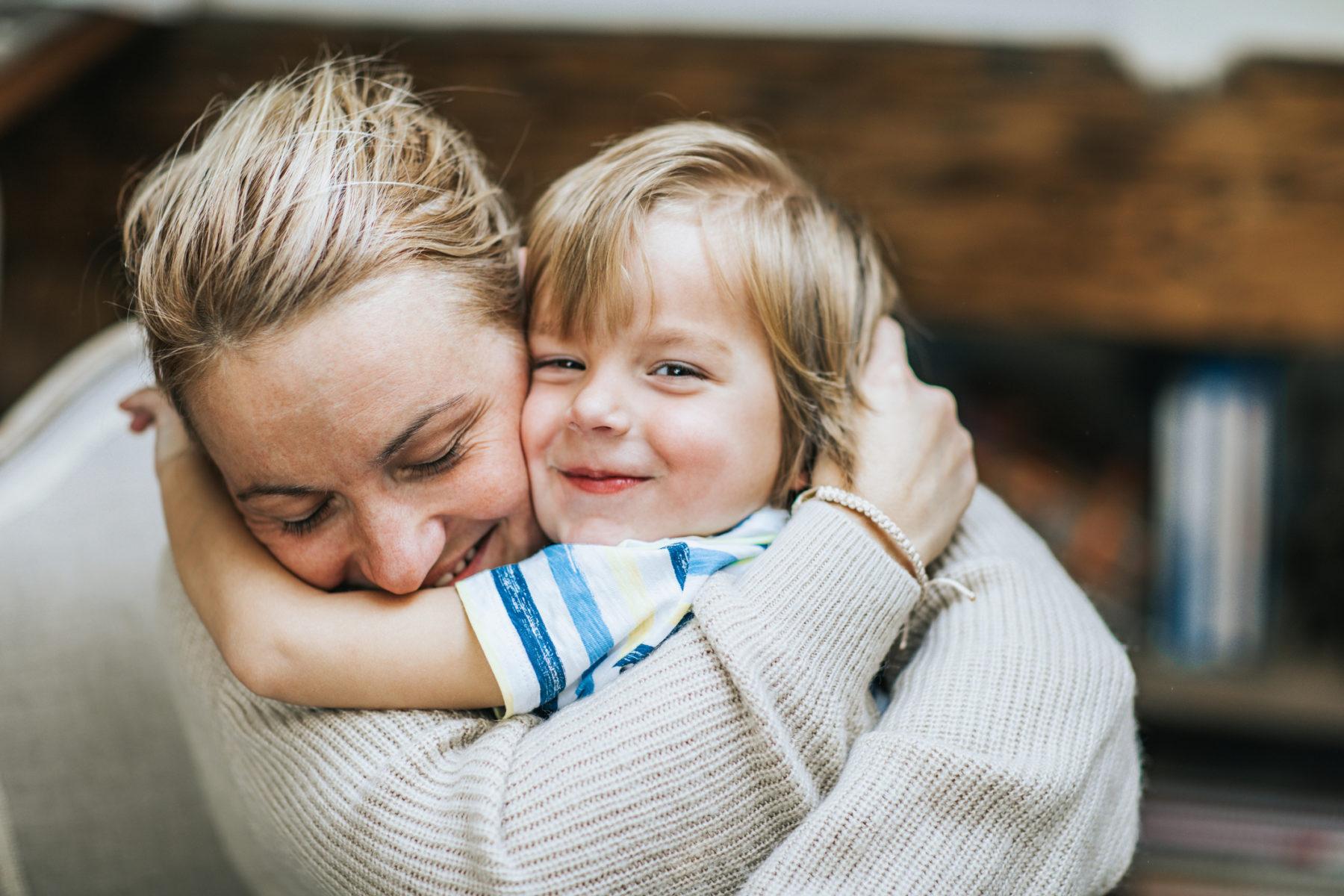 Une maman entourant son fils avec affection